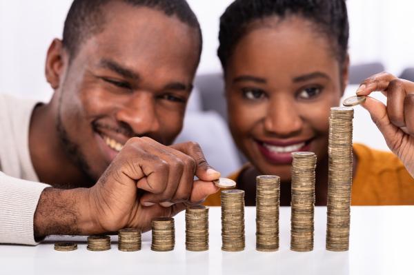 Pour bien gérer votre argent, vous devez faire le bilan de votre situation financière, définir vos objectifs financiers, établir votre budget et épargnez. Par ailleurs, vous devez avoir au plus 3 comptes bancaires pour un bon suivi.